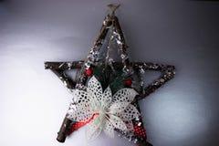 Το μεγάλο διακοσμητικό όμορφο ξύλινο αστέρι Χριστουγέννων, ένα μόνος-γίνοντα στεφάνι εμφάνισης του έλατου διακλαδίζεται και κολλά στοκ φωτογραφία