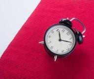 Το μεγάλο κουδούνι εξασφαλίζει ξυπνήστε ξυπνητήρι στο υπόβαθρο Στοκ Φωτογραφίες