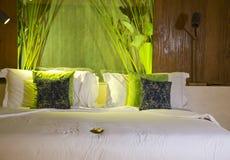 Το μεγάλο κρεβάτι με ρίχνει τα μαξιλάρια Στοκ εικόνα με δικαίωμα ελεύθερης χρήσης