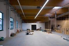 το μεγάλο κτήριο εργοστασίων μετατρέπεται σε μια αποθήκη εμπορευμάτων στοκ εικόνες