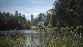 Το μεγάλο παλάτι της Γκάτσινα στο πάρκο της Γκάτσινα στη θερινή ηλιόλουστη ημέρα φιλμ μικρού μήκους