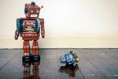Το μεγάλο ρομπότ ταπεινώνει liitle ενός Στοκ εικόνα με δικαίωμα ελεύθερης χρήσης