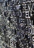 Το μεγάλο σύνολο πορτών μετάλλων με τα κείμενα στη Βαρκελώνη Στοκ Φωτογραφίες