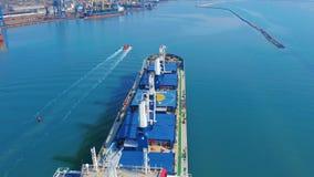( Το μεγάλο φορτηγό πλοίο μπαίνει στο λιμάνι με τους γερανούς λιμένων φιλμ μικρού μήκους