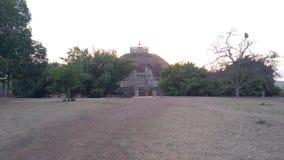 Το μεγάλο Sanchi Stupa, αρχαίο βουδιστικό κτήριο κατά τη διάρκεια του ηλιοβασιλέματος στοκ εικόνες