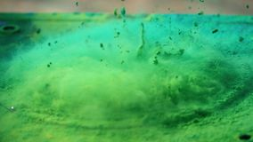 Το μεγάφωνο ρίχνει τη ζωηρόχρωμη σκόνη στον αέρα, έξοχος σε αργή κίνηση πυροβολισμός φιλμ μικρού μήκους