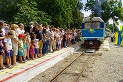 Το μεγάλο άνοιγμα ενός τοπικού σιδηροδρόμου των παιδιών σε Uzhgorod Στοκ Εικόνες