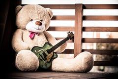 Το μεγάλο βελούδο teddy αντέχει με μια κιθάρα στοκ φωτογραφία με δικαίωμα ελεύθερης χρήσης