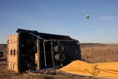 Το μεγάλο καλάθι του μπαλονιού βρίσκεται στην πλευρά του στο έδαφος α τομέων Στοκ Φωτογραφία