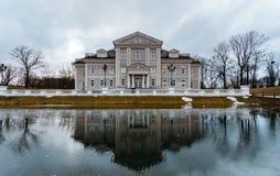 Το μεγάλο μέγαρο ή το σπίτι στέκεται στην πρώην περιοχή του φρουρίου με μια τάφρο Το μέτωπο του σπιτιού απεικονίζεται στο νερό Στοκ Εικόνα