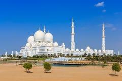 Το μεγάλο μουσουλμανικό τέμενος στο Αμπού Ντάμπι από το εξωτερικό Στοκ Εικόνες