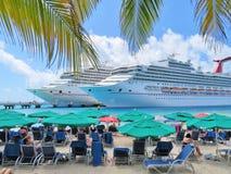 Το μεγάλο νησί Τούρκου στους Τούρκους και τα Caicos - 10 Μαρτίου 2017 - σκάφος ηλιοφάνειας καρναβαλιού ελλιμένισε στο μεγάλο νησί Στοκ Εικόνα