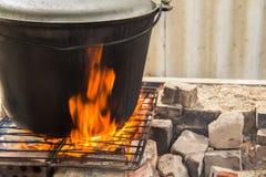Το μεγάλο δοχείο είναι σε μια πυρκαγιά Στοκ Φωτογραφία