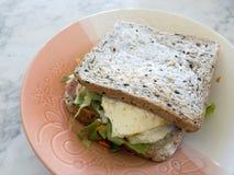 Το μεγάλο σάντουιτς με το ζαμπόν και αυγό συν τη σαλάτα Caesar στοκ φωτογραφίες με δικαίωμα ελεύθερης χρήσης