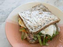 Το μεγάλο σάντουιτς με το ζαμπόν και αυγό συν τη σαλάτα Caesar στοκ φωτογραφίες