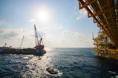 Το μεγάλο σκάφος γερανών που εγκαθιστά την πλατφόρμα στην παράκτια, φορτηγίδα γερανών που κάνει τη θαλάσσια βαριά εγκατάσταση ανελ Στοκ Εικόνες