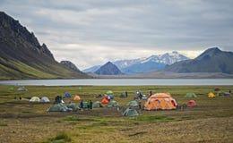 Το μεγάλο στρατόπεδο τουριστών βρίσκεται στην κοιλάδα του πάρκου κοντά στη λίμνη Στοκ φωτογραφίες με δικαίωμα ελεύθερης χρήσης