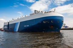 Το μεγάλο LEADER ΑΡΜΟΝΙΑΣ μεταφορέων οχημάτων στο λιμάνι σε Hambur Στοκ Εικόνα