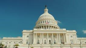 Το μεγαλοπρεπές διάσημο κτήριο Capitol στην Ουάσιγκτον, συνεχές ρεύμα Στα πλαίσια του μπλε ουρανού 4K HQ RroRes 10 μπιτ φιλμ μικρού μήκους