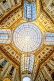 Το μεγαλοπρεπές Duomo στο Μιλάνο Ιταλία Αψίδα στεγών γυαλιού που τίθεται στην κορυφή Στοκ εικόνες με δικαίωμα ελεύθερης χρήσης