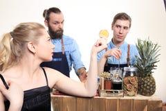 Το μεθυσμένο κορίτσι προσκολλάται bartenders Στοκ Εικόνα