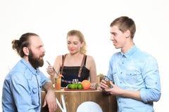 Το μεθυσμένο κορίτσι προσκολλάται bartenders Στοκ εικόνες με δικαίωμα ελεύθερης χρήσης