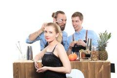 Το μεθυσμένο κορίτσι προσκολλάται bartenders Στοκ Φωτογραφία