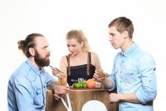 Το μεθυσμένο κορίτσι προσκολλάται bartenders Στοκ Εικόνες