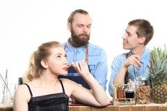 Το μεθυσμένο κορίτσι προσκολλάται bartenders Στοκ Φωτογραφίες
