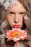 το μειωμένο κορίτσι λουλουδιών δίνει το χιόνι του κάτω Στοκ εικόνα με δικαίωμα ελεύθερης χρήσης