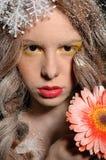 το μειωμένο κορίτσι λουλουδιών δίνει το χιόνι του κάτω Στοκ Εικόνα