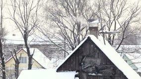 Το μειωμένο χιόνι στο χωριό του σπιτιού λουτρών απόθεμα βίντεο