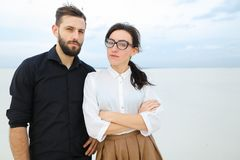 το μελλοντικά ευτυχή αρσενικό και το θηλυκό δημοσιογράφων προωθούν το πρόγραμμα Στοκ Εικόνες
