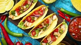 Το μεξικάνικο taco με το κρέας κοτόπουλου, jalapeno, φρέσκα λαχανικά εξυπηρέτησε με το guacamole φιλμ μικρού μήκους