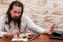 Το μεσαιωνικό άτομο απορρίπτει την τεχνολογία Στοκ Φωτογραφία