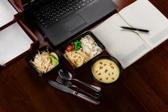Το μεσημεριανό γεύμα στον υπολογιστή γραφείου Στοκ Εικόνες