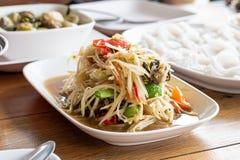 Το μεσημεριανό γεύμα της ταϊλανδικής papaya τροφίμων σαλάτας, του SOM Tum, της πικάντικης γεύσης και των νουντλς στον πίνακα στοκ φωτογραφία με δικαίωμα ελεύθερης χρήσης