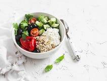Το μεσογειακό quinoa κύπελλο με το αβοκάντο, αγγούρια, ελιές, έψησε το πιπέρι, τυρί φέτας, arugula Σε μια άσπρη ανασκόπηση Στοκ φωτογραφία με δικαίωμα ελεύθερης χρήσης