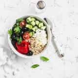 Το μεσογειακό quinoa κύπελλο με το αβοκάντο, αγγούρια, ελιές, έψησε το πιπέρι, τυρί φέτας, arugula Σε μια άσπρη ανασκόπηση Στοκ φωτογραφίες με δικαίωμα ελεύθερης χρήσης
