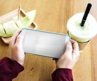 Το μελίτωμα ποτών καφέδων χαλαρώνει τη σύνδεση τεχνολογίας Στοκ φωτογραφία με δικαίωμα ελεύθερης χρήσης