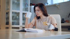Το με ειδικές ανάγκες κορίτσι χρησιμοποιεί ένα βιονικό χέρι τρώγοντας, κλείνει επάνω φιλμ μικρού μήκους