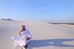 Τολμηρή αρσενική sheikh συνεδρίαση επιχειρηματιών με τη Λευκή Βίβλο μέσα Στοκ εικόνες με δικαίωμα ελεύθερης χρήσης