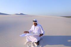 Τολμηρή αρσενική sheikh συνεδρίαση επιχειρηματιών με τη Λευκή Βίβλο μέσα Στοκ Εικόνα
