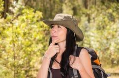 Τολμηρή οδοιπορία brunette στο δάσος στοκ φωτογραφία με δικαίωμα ελεύθερης χρήσης
