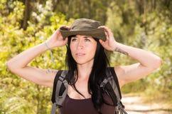 Τολμηρή οδοιπορία brunette στο δάσος στοκ εικόνα με δικαίωμα ελεύθερης χρήσης