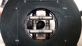 Το μηχανή κοπής κιμά κόβει το σωλήνα, οι σπινθήρες έγιναν ακόμα περισσότεροι, υπάρχει μια κυκλική περιστροφή απόθεμα βίντεο