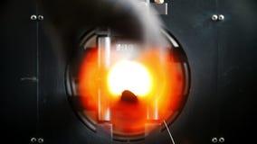 Το μηχανή κοπής κιμά κόβει το σωλήνα, πολλοί σπινθήρες, υπάρχει μια κυκλική περιστροφή απόθεμα βίντεο