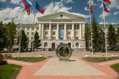 Το μηχανικό ρολόι μπροστά από το πανεπιστήμιο στο Ροστόφ φορά επάνω στοκ φωτογραφία