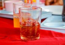 Το μη αλκοολούχο ποτό γυαλιού είναι σε ένα επιτραπέζιο κόκκινο ύφασμα Στοκ Φωτογραφίες