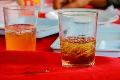 Το μη αλκοολούχο ποτό γυαλιού είναι σε ένα επιτραπέζιο κόκκινο ύφασμα Στοκ Εικόνα